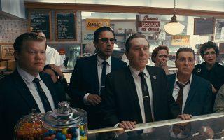 Ο Ρόμπερτ ντε Νίρο ως Φρανκ Σίραν (κέντρο) εμφανίζεται σχεδόν σε κάθε πλάνο της ταινίας, θυμίζοντας γιατί θεωρείται ένας εκ των κορυφαίων που έχουν σταθεί μπροστά από την κάμερα. Από την άλλη, ο Αλ Πατσίνο (δεξιά) φτιάχνει έναν στιβαρό Τζίμι Χόφα. © 2019 Netlfix US, LLC