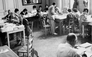 Εκλογές 1961. Κομματικοί φίλοι υποψηφίων «σταυρώνουν» ψηφοδέλτια . Η κρίση που ξεκίνησε αμέσως μετά απονομιμοποίησε το πολιτικό σύστημα, οδήγησε στη δικτατορία και έληξε με την πτώση της χούντας το 1974.