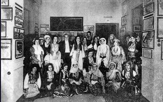 25 Οκτωβρίου 1931. Ο Αντώνης Μπενάκης με τις Αθηναίες που έβαλαν τις παραδοσιακές φορεσιές.