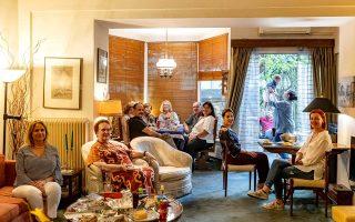 Μια βεγγέρα με τα όλα της οργάνωσαν οι Βαγγέλης & Έρη Μπιρλιράκη. Οι Θέμις Παπαδοπούλου, Θέλξη Μουζάκη, Ρίτα Χατζηρήγα, Νατάσα Παξιβανάκη & Δωρίτα Τσουρουκτσόγλου ετοίμασαν τους μεζέδες. (Φωτογραφία: Αλεξάνδρος Αντωνιάδης)