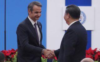 Ο πρωθυπουργός ανταλλάσει χειραψία με τον Κινέζο πρόεδρο, Σι Τζιπίνγκ, στην τελετή των εγκαινίων της Διεθνούς Έκθεσης China International Import Expo 2019 στη Σαγκάη.
