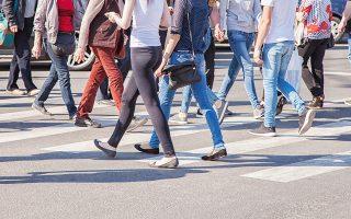 Οι πεζοί μπορούν να βαδίζουν στο οδόστρωμα, κατά τρόπον ώστε να μην παρεμποδίζουν την κυκλοφορία