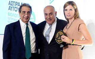 Το χρυσό βραβείο παρέλαβε από τα χέρια του Επιστημονικού Διευθυντή της Ορθοβιοιικής Δρ. Μιχαήλ Παπαχαραλάμπους η Μέτοχος και Νομικός Σύμβουλος της Εταιρείας κα Δήμητρα Σκούρτη και ο Εμπορικός Διευθυντής Ομίλου κος Ανδρέας Φρεν.