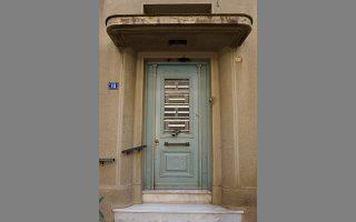 Θύρωμα μονώροφης κατοικίας του Μεσοπολέμου στην οδό Σηστού 10, κοντά στον σταθμό μετρό «Αττική». ΝΙΚΟΣ ΒΑΤΟΠΟΥΛΟΣ