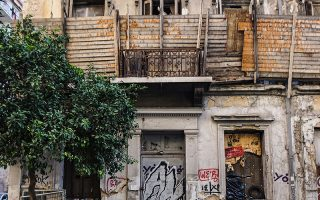 Στην οδό Κουμουνδούρου 6, κοντά στην Ομόνοια, ένας από τους ερειπωμένους βωμούς της αστικής ζωής. ΝΙΚΟΣ ΒΑΤΟΠΟΥΛΟΣ