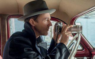 O Έντουαρντ Νόρτον ως Λάιονελ Έσρογκ, σε σκηνή από την ταινία «Σκιές στο Μπρούκλιν». Μία από τις σπάνιες φορές που ο Νόρτον, όπως λέει, ταυτίστηκε με τον χαρακτήρα που υποδύθηκε.