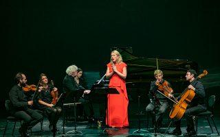 Συνοδευόμενη από έξι μουσικούς και τον Σάιμον Ρατλ στο πιάνο, η Κόζενα τραγούδησε σε τέσσερις γλώσσες έργα επτά συνθετών.