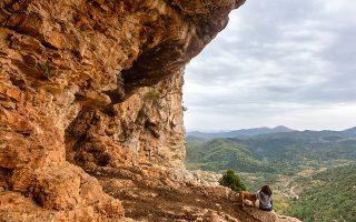 Μετά από είκοσι λεπτά πεζοπορίας μέτριας δυσκολίας, από το χωριό της Πιάνας θα βρεθείτε στη σπηλιά του Πάνα. (Φωτογραφία: ΠΕΡΙΚΛΗΣ ΜΕΡΑΚΟΣ)