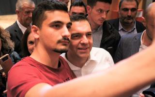 O πρόεδρος του ΣΥΡΙΖΑ φωτογραφίζεται με παρευρισκόμενους λίγο πριν την ομιλία του σε ανοιχτή εκδήλωση στην Στέγη Ποντιακού Ελληνισμού.