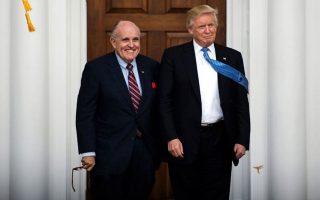 Ο Ρούντι Τζουλιάνι με τον... πελάτη του Ντόναλντ Τραμπ τον Νοέμβριο του 2016. Ο δικηγόρος συνόδευσε βήμα προς βήμα τον Αμερικανό πρόεδρο στο κατώφλι της παραπομπής.