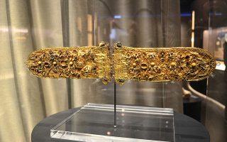 Το ελληνικό κόσμημα μετράει 6.000 χρόνια ζωής. Μια ξενάγηση στο Εθνικό Αρχαιολογικό Μουσείο, οργανωμένη από τον Σύλλογο Αργυροχρυσοχόων Αθηνών, επιβεβαιώνει την εντυπωσιακή αδιάρρηκτη συνέχεια. Ωστόσο, η τέχνη αυτή, που διαθέτει από τα πιο οργανωμένα δίκτυα παραγωγής στο ιστορικό κέντρο των Αθηνών, χωρίς εκπαίδευση και στήριξη από την πολιτεία, αντιμετωπίζει σοβαρά προβλήματα επιβίωσης.