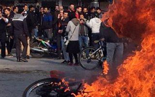 Διαδήλωση κατά της αύξησης στην τιμή των καυσίμων, στις 16 Νοεμβρίου, σε δρόμο του Ισφαχάν.