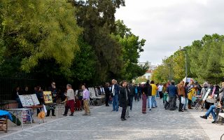 Δεκάδες τουρίστες απολαμβάνουν έναν περίπατο κατά μήκος της Διονυσίου Αρεοπαγίτου. Μια όμορφη εικόνα της Αθήνας πρέπει να έχουν στις αποσκευές τους.