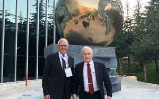 Ο δρ Χαμπεράλ (δεξιά) μαζί με τον καθηγητή χειρουργικής και συνδιοργανωτή του Συνεδρίου Ενδοκρινικής Χειρουργικής, Δημήτρη Λινό, στην Αγκυρα.