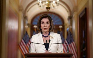 Η πρόεδρος της Βουλής, Νάνσι Πελόσι, ανακοινώνει την απόφαση της επιτροπής, χθες, στο Καπιτώλιο. «Σήμερα ζητώ από τους προέδρους (των αρμόδιων επιτροπών) να συντάξουν τα άρθρα της παραπομπής», είπε.