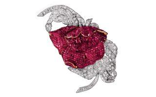 Μια καρφίτσα με διαμάντια και ρουμπίνια, δείγμα της υψηλής κοσμηματοποιίας του οίκου Van Cleef & Arpels.