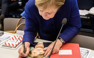Δηλώσεις. Σε μια χαμογελαστή φωτογραφία της γράφει αφιέρωση η καγκελάριος. Η Αγκελα Μέρκελ βρέθηκε μαζί με βουλευτές  των CDU/CSU στις τακτικές συναντήσεις για την ενημέρωση των συνεδριάσεων του γερμανικού κοινοβουλίου. EPA/CLEMENS BILAN