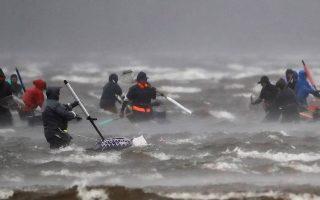 Μια μέρα στην δουλειά. Δεμένα έμειναν τα πλοία λόγω των ισχυρών ανέμων στην περιοχή της Γαλικίας λίγο πριν καταφτάσει η καταιγίδα «Elsa». Οι αλιείς όμως έκαναν την δουλειά τους και βρέθηκαν στην παραλία για να μαζέψουν όστρακα.   EPA/Lavandeira jr