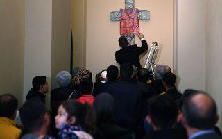 Εσταυρωμένος με σωσίβιο. Από την Λέσβο ξεκίνησαν οι εικονιζόμενοι μετανάστες με προορισμό το Βατικανό και τον Πάπα Φραγκίσκο. Εκεί έγιναν δεκτοί από τον ποντίφικα και του χάρισαν τον εικονιζόμενο σταυρό, εις μνήμην των ανθρώπων που χάθηκαν στην πορεία της ξενιτιάς και που από εδώ και πέρα στολίζει τους τοίχους του Βατικανού. ANSA/ETTORE FERRARI/Pool via REUTERS