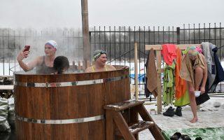 Καυτό βαρέλι. Πρώτα θα «βράσουν» καλά, καλά και μετά θα συμμετάσχουν οι εικονιζόμενες στο διαγωνισμό χειμερινής κολύμβησης. Ολα αυτά συμβαίνουν στην Σιβηρία και συγκεκριμένα στην πόλη Tyumen.  REUTERS/Alexey Malgavko