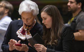 «Θα σου κάνω αναπάντητη...» Με τα κινητά στα χέρια οι δυο πιο «πρώτες» κυρίες της συνόδου κορυφής ανταλλάσσουν τηλεφωνικούς αριθμούς. Η πρώτη ευρωπαϊκή σύνοδος για την  Christine Lagarde στο τιμόνι της Ευρωπαϊκής Κεντρικής Τράπεζας και η πρώτη μετά την εκλογή της η νεότατη  πρωθυπουργός της Φινλανδίας Sanna Marin. Και οι δυο κυρίες ξέρουν καλά ότι πολιτική χωρίς άμεσες και καλές προσωπικές σχέσεις δεν γίνεται και η φωτογραφία το αποδεικνύει. (AP Photo/Olivier Matthys)