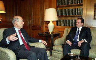 Στις 10 Μαρτίου 2004 ο Κώστας Σημίτης παρέδωσε το Μέγαρο Μαξίμου στον Κώστα Καραμανλή. Οι δύο ηγέτες είχαν αντίθετη άποψη για τις ελληνοτουρκικές διαφορές. Ο κ. Σημίτης υποστήριζε την παραπομπή τους στο Διεθνές Δικαστήριο της Χάγης, ενώ ο κ. Καραμανλής θεωρούσε ότι η Χάγη είχε ρίσκα. ΑΠΕ-ΜΠΕ/ΒΑΓΓΕΛΗΣ ΒΑΡΔΟΥΛΑΚΗΣ