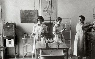 1930. Η χημικός Ζωή Μελά-Ιωαννίδου και συνεργάτες επί το έργον στα εργαστήρια του Ινστιτούτου. ©  Αρχείο Μελά-Ιωαννίδου
