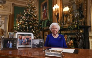 H βασίλισσα Ελισάβετ στο κάστρο του Ουίνδσορ, μετά τη μαγνητοσκόπηση του καθιερωμένου μηνύματος. REUTERS