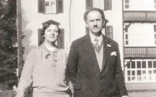 H Kυβέλη και ο Γεώργιος Παπανδρέου, στο Nταβός της Eλβετίας, το 1927. Η θυελλώδης γνωριμία και η σχέση τους περιγράφεται στο βιβλίο της Λένας Διβάνη «Ζευγάρια που έγραψαν την ιστορία της Ελλάδας».