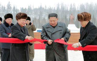 Την πόλη, η οποία παρουσιάζεται ως ένα από τα πιο σημαντικά οικοδομικά εγχειρήματα της Βόρειας Κορέας, εγκαινίασε ο ίδιος ο Βορειοκορεάτης ηγέτης Κιμ Γιονγκ Ουν. KCNA via REUTERS