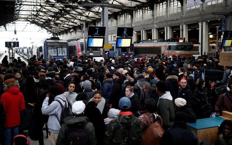 Γαλλία: Συνεχίζονται οι απεργίες για το συνταξιοδοτικό – Χάος στους δρόμους του Παρισιού