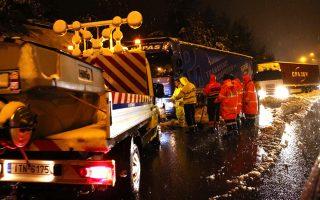 Οδική βοήθεια βοηθά δύο νταλίκες οι οποίες έχουν ακινητοποιηθεί από το χιόνι να κινηθούν στην Εθνική οδό λίγο πριν τη Μαλακάσα, 36 χλμ από την Αθήνα, Δευτέρα 30 Δεκεμβρίου 2019. Η κυκλοφορία στην Εθνική οδό στη Μαλακάσα είχε διακοπεί από τις 15.30 με αποτέλεσμα 100αδες αυτοκίνητα να παραμένουν ακινητοποιημένα για ώρες. ΑΠΕ-ΜΠΕ/ΑΠΕ-ΜΠΕ/Αλέξανδρος Μπελτές