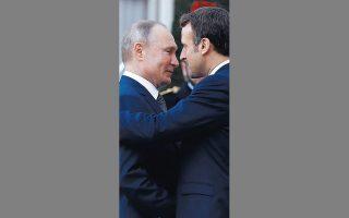 Ο Εμανουέλ Μακρόν υποδέχεται στο Ελιζέ τον Βλαντιμίρ Πούτιν ενόψει της τετραμερούς.