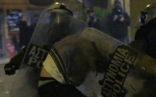 Ο νεαρός που φαίνεται στα βίντεο να μη φοράει μπλούζα και να τον τραβάει αστυνομικός από το εσώρουχό του ανήκει στην ομάδα των τεσσάρων συλληφθέντων, εναντίον των οποίων απαγγέλθηκαν οι βαρύτερες κατηγορίες.