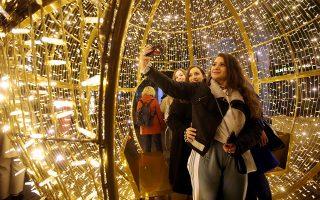 Η γιορτινή διαδραστική μπάλα-γούρι επί της Βουκουρεστίου, έξω από τη Στοά Σπυρομήλιου. © INTIME NEWS