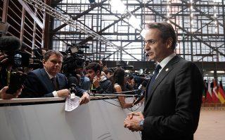 Ο Κυριάκος Μητσοτάκης πέτυχε στην πρόσφατη Σύνοδο Κορυφής της Ευρωπαϊκής Ενωσης (στη φωτογραφία ενώ κάνει δηλώσεις στους δημοσιογράφους) να διασφαλίσει τη στήριξη των εταίρων, ενώ παράλληλα διατηρεί ισχυρούς διαύλους επικοινωνίας με τον Γάλλο πρόεδρο Εμανουέλ Μακρόν. ΓΡΑΦΕΙΟ ΤΥΠΟΥ ΠΡΩΘΥΠΟΥΡΓΟΥ/ΔΗΜΗΤΡΗΣ ΠΑΠΑΜΗΤΣΟΣ