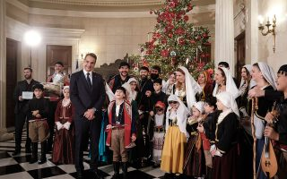 Φορείς και σύλλογοι βρέθηκαν χθες στο Μαξίμου για τα κάλαντα των Χριστουγέννων. «Βουνό είχα πει ότι θα πάω και στο βουνό θα πάω», ήταν ο γρίφος του Κυριάκου Μητσοτάκη όταν ρωτήθηκε αν στο βουνό θα αποφασίσει για τον επόμενο Πρόεδρο της Δημοκρατίας. ΔΗΜΗΤΡΗΣ ΠΑΠΑΜΗΤΣΟΣ