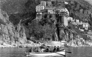 Από τον περίπλου του Αγίου Ορους για τη φωτογράφιση. Στη βάρκα πρώτος αριστερά ο Βλαντιμίρ Περφίλιεφ. Στο βάθος, η Μονή Διονυσίου.
