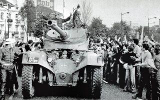 25 Απριλίου 1974. Ο κόσμος επευφημεί τους στρατιώτες του τανκ στο κέντρο της Λισσαβώνας. Η «Επανάσταση των Γαρυφάλλων» στην Πορτογαλία έχει μόλις ξεκινήσει, εγκαινιάζοντας το λεγόμενο «τρίτο κύμα εκδημοκρατισμού» της παγκόσμιας Ιστορίας. ASSOCIATED PRESS