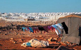 Προσφυγικός καταυλισμός έξω από το Ιντλίμπ. Το Ιδρυμα Ανθρωπιστικής Βοήθειας ανακοίνωσε ότι ξεκίνησε να διανέμει 20.000 πακέτα τροφίμων στους μετανάστες μεταξύ των πόλεων Ιντλίμπ και Σαρμάντα. REUTERS