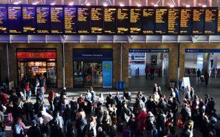 Xάος στους δρόμους και στο σιδηροδρομικό δίκτυο προκάλεσε η κακοκαιρία, τόσο στο Λονδίνο όσο και σε άλλες πόλεις και περιοχές της χώρας.