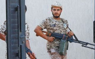 Μέλη των κυβερνητικών δυνάμεων με όπλα ανά χείρας, στο Αϊν Ζάρα, στην Τρίπολη, τον περασμένο Οκτώβριο.