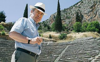Ο Τζων Μπάνβιλ σε μια επίσκεψή του στη χώρα μας και στους Δελφούς το 2009. ΝΙΚΟΣ ΚΟΚΚΑΛΙΑΣ