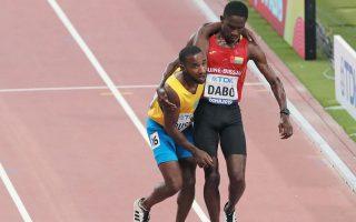 ΔΥΝΑΤΟ ΜΗΝΥΜΑ. Ο Νταμπό από τη Γουινέα θυσιάζει την κούρσα του στα 5.000 μ. στο Παγκόσμιο Στίβου για να βοηθήσει τον αφυδατωμένο Μπάσμπι, από την Αρούμπα, να τερματίσει (φωτ. 27/9). REUTERS