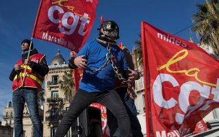 Μέλος του συνδικάτου CGT, με αλυσίδες και μάσκα, στη διαδήλωση στη Μασσαλία κατά του συνταξιοδοτικού.