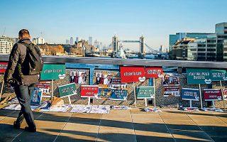 Περαστικός στο σημείο της Γέφυρας του Λονδίνου κοιτάζει τις φωτογραφίες και τις αφιερώσεις στα θύματα του 28χρονου τζιχαντιστή την περασμένη Παρασκευή. Πλήθος κόσμου συγκεντρώθηκε, χθες, στο μνημόσυνο που τελέστηκε στο Γκίλντχολ, ενώ οι υπηρεσίες ασφαλείας της Βρετανίας εξετάζουν πώς θα αποφευχθούν παρόμοιες τρομοκρατικές επιθέσεις.