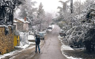Στα λευκά ντύθηκαν τα ορεινά γύρω από τη Θεσσαλονίκη, όπως ο Χορτιάτης (φωτογραφία). Το χιόνι κάλυψε χθες τα ξημερώματα πολλές περιοχές, ορεινές και ημιορεινές, σε Θράκη, Μακεδονία, Ηπειρο και Θεσσαλία.