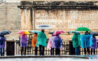 Από ισχυρή κακοκαιρία, με έντονες βροχοπτώσεις αλλά και χιόνια στον Βορρά, πλήττεται η Ιταλία. Στη Ρώμη και στη Νάπολη δεν λειτούργησαν χθες τα σχολεία, ενώ έκλεισαν τις πόρτες και τα δημόσια πάρκα εξαιτίας του φόβου για πτώση δέντρων. Την ίδια στιγμή, πυκνά χιόνια έπεσαν σε Τορίνο και Μιλάνο.
