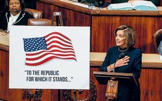 Η πρόεδρος της Βουλής των Αντιπροσώπων, Δημοκρατική Νάνσι Πελόσι, λίγες ώρες πριν από την ιστορική ψηφοφορία για την παραπομπή του Αμερικανού προέδρου Τραμπ σε δίκη με το ερώτημα της καθαίρεσης. Μετά την ψηφοφορία, που αναμενόταν τις πρώτες πρωινές ώρες, η σκυτάλη περνάει στη Γερουσία, η οποία ελέγχεται από Ρεπουμπλικανούς, συμμάχους του Αμερικανού προέδρου.