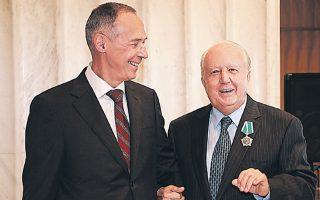 Ο Ρώσος πρέσβης Αντρέι Μασλόφ (αριστερά) με τον Ελληνα ξενοδόχο και πρόξενο.